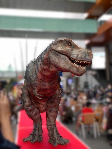 えっ!街に恐竜が出現!